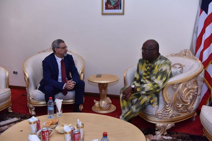 O Presidente da República, durante a sua curta estada em Monróvia Libéria, onde participou…