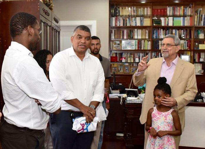 Presidente da República recebe visita de professores e alunos da Universidade de Rhode Island.…